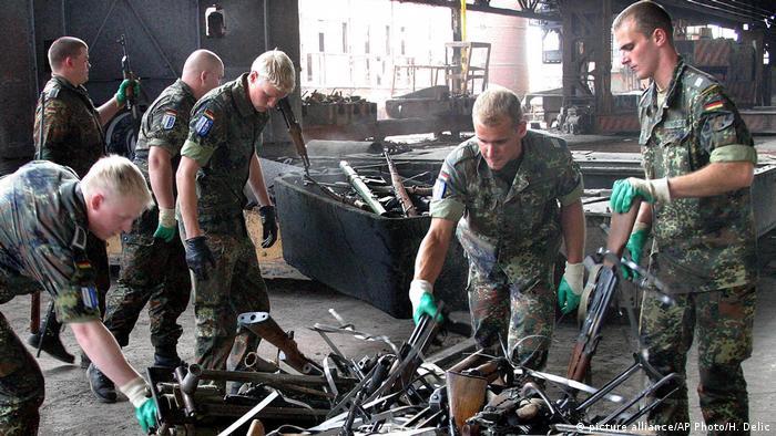 deutsche Soldaten in Bosnien (picture alliance/AP Photo/H. Delic)