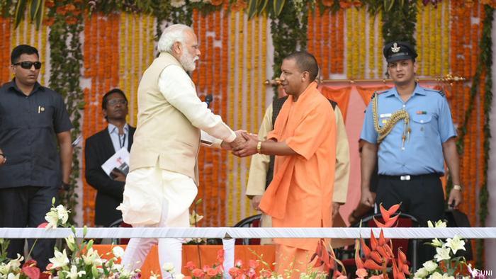 Uttar Pradesh Chief Minister Yogi Adityanath mit Premier Minister Narendra Modi Indien