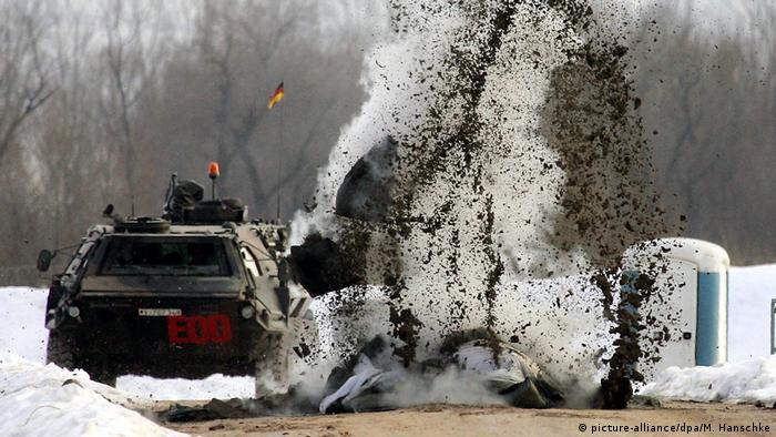 Bundeswehr sprengt Minen im Feldlager Rajlovac bei Sarajevo (picture-alliance/dpa/M. Hanschke)