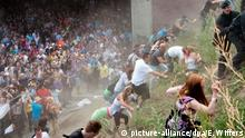 Festival-goers flee up an embankment near the tunnel (picture-alliance/dpa/E. Wiffers)