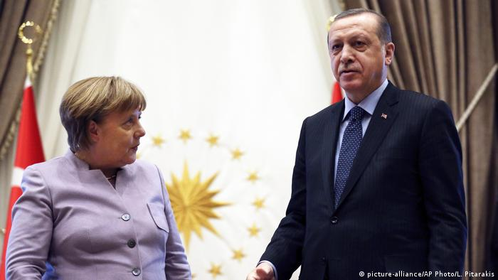 Merkel visits with Erdogan (picture-alliance/AP Photo/L. Pitarakis)