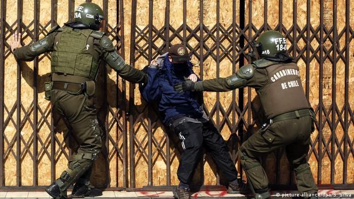 La presidenta de Chile, Michelle Bachelet, afirmó que nueve bolivianos detenidos el domingo, dos de ellos militares y los otros siete funcionarios aduaneros, estaban en territorio chileno cometiendo delitos. 20.03.2017
