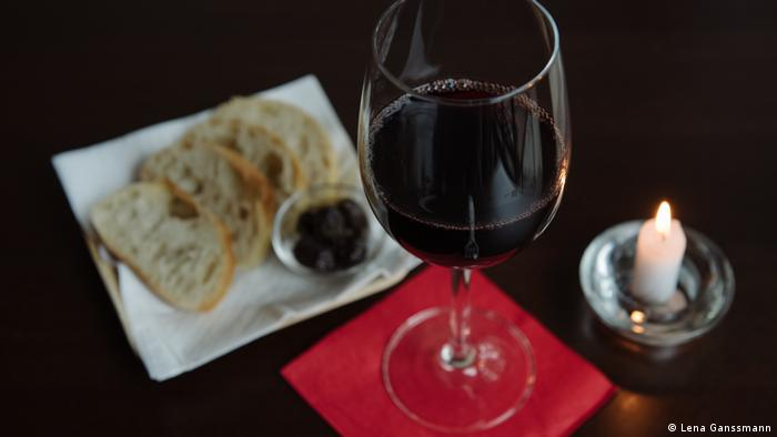 A glass of wine with bread (Photo: Lena Ganssmann)