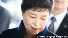 21.03.2017+++ SEOUL, SOUTH KOREA - MARCH 21: Former President Park Geun-hye arrives at the entrance of the Seoul Central District Prosecutors' Office to undergo prosecution questioning on March 21, 2017 in Seoul, South Korea. Ousted South Korean President Park Geun-hye is today facing questions by prosecutors over a corruption scandal. (Photo by Jeon Heon-Kyun-Pool/Getty Images)