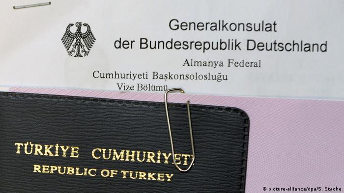 Türkischer Pass mit Visumsantrag (picture-alliance/dpa/S. Stache)