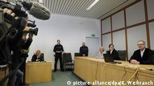 21.03.2017**** Vor der Urteilsverkündung im Tempelbomber-Prozess filmen am 21.03.2017 im Gerichtssaal in Essen (Nordrhein-Westfalen) Kamerateams das Geschehen, rechts der Vorsitzende Richter Volker Uhlenbrock. Drei 16-jährige sollen aus islamistischen Motiven eine Bombe an einem Sikh-Tempel inEssen gezündet haben. Wie der gesamte Prozess findet auch die Urteilsverkündung unter Ausschluss der Öffentlichkeit statt. Foto: Roland Weihrauch/dpa | Verwendung weltweit