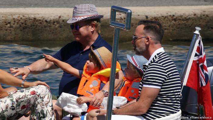 Elton John mit Familie in Saint-Tropez (picture alliance/abaca)