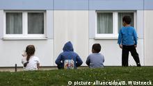 ARCHIV2015 **** Kinder sitzen am 31.07.2015 vor der Flüchtlingsunterkunft in Wolgast (Mecklenburg-Vorpommern). Foto: Bernd Wüstneck/dpa (Zu dpa Unicef: «Große Tristesse» für viele Flüchtlingskinder in Deutschland vom 02.01.2017) Foto: Bernd Wüstneck/dpa-Zentralbild/dpa +++(c) dpa - Bildfunk+++ | Verwendung weltweit