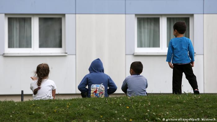 Deutschland Flüchtlinge Kinder vor Flüchtlingsunterkunft