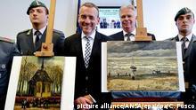 ARCHIV - Axel Ruger (2.v.l), der Direktor des Amsterdamer Van Gogh Museums steht am 30.09.2016 in Neapel (Italien) zwischen den Gemälden «Die Kirche von Nuenen mit Kirchgängern» (l) «Meeressicht bei Scheveningen» (r) des Malers Vincent Van Gogh. Die Gemälde waren im Dezember 2002 in Amsterdam gestohlen und im September 2016 von der italienischen Polizei südlich von Neapel entdeckt worden. (zu dpa Gestohlene Van Gogh-Gemälde kehren nach Amsterdam zurück vom 27.02.2017) Foto: Ciro Fusco/ANSA/epa/dpa +++(c) dpa - Bildfunk+++ |