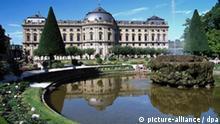 Die Würzburger Residenz wird als das einheitlichste und außergewöhnlichste aller Barockschlösser betrachtet. Die ehemalige bischöfliche Residenz, erbaut 1720-1744 unter der Leitung des deutschen Baumeisters Balthasar Neumann, gehört zu den bedeutensten deutschen Barockbauten und wurde von der Unesco 1981 als Kulturdenkmal in die Liste des Welterbes aufgenommen.