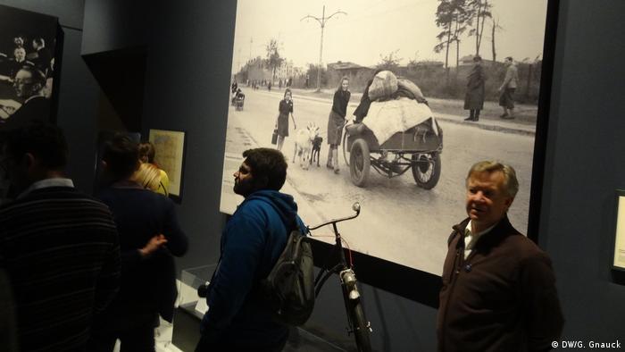 Tela exibe imagens da Segunda Guerra Mundial