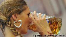 ARCHIV2012 ****- Eine junge Frau trinkt am 22.09.2012 bei der Eröffnung des 179. Oktoberfestes in München (Bayern) aus einem Maßkrug Bier. Die Wiesn gilt als das größte Volksfest der Welt und findet in diesem Jahr vom 22.09. bis 07.10.2012 statt. Foto: Andreas Gebert/dpa (zu dpa Wiesn-Maß kostet heuer bis zu 10,70 Euro vom 16.06.2016) +++(c) dpa - Bildfunk+++   Verwendung weltweit