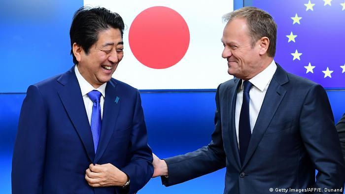 Japans Premierminister Shinzo Abe wird von Donald Tusk Präsident des Europäischen Rates begrüßt