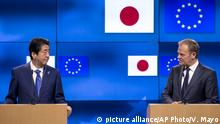 European Council President Donald Tusk and Japan Prime minister Shinzo Abe at a media conference in Brussels (picture alliance/AP Photo/V. Mayo)
