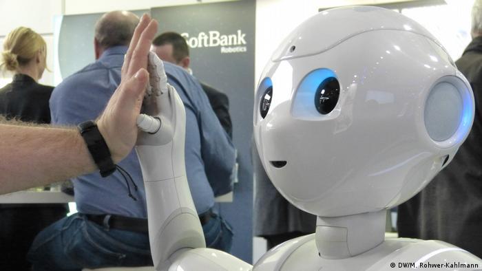 Deutschland Messe Cebit in Hannover Service-Roboter Pepper