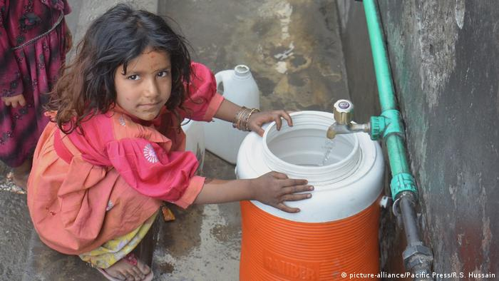 Pakistan Trinkwasser (picture-alliance/Pacific Press/R.S. Hussain)