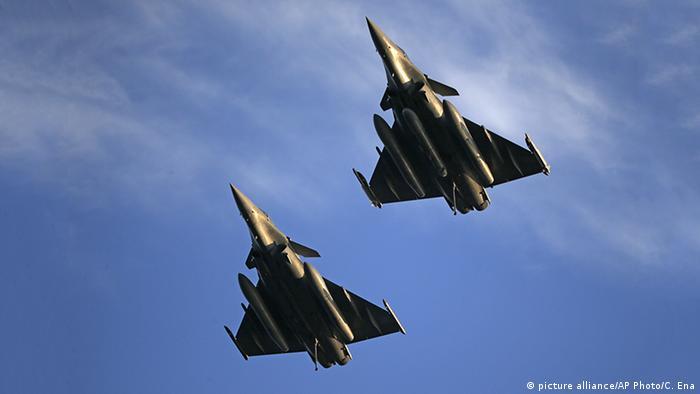 Persischer Golf Anti IS-Koalition französische Kampfjets (picture alliance/AP Photo/C. Ena)