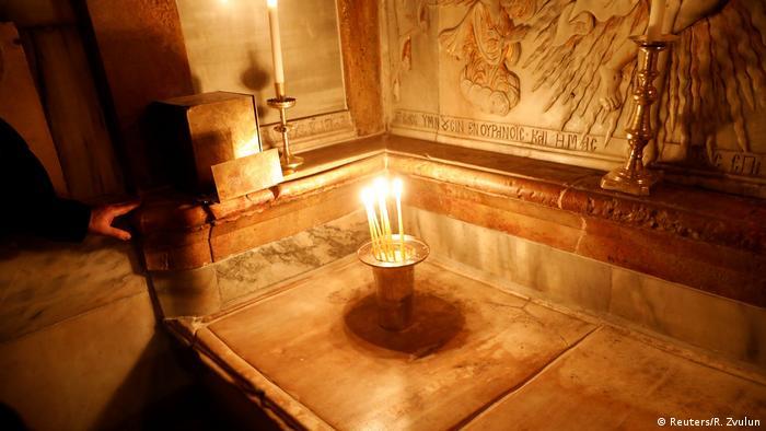 Sob esta placa de mármore, segundo a tradição, se encontra a sepultura de Jesus