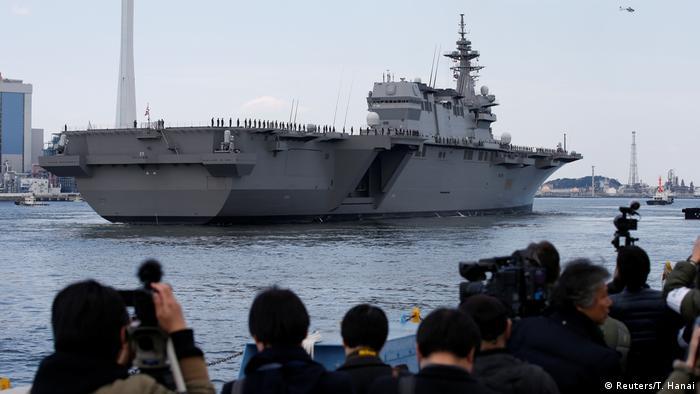 Japan Hubschrauberträger DDH-184 Kaga bei der Übergabezeremonie in Yokohama (Reuters/T. Hanai)