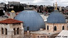 Die Grabeskirche in Jerusalem von außen und in leichter Draufsicht