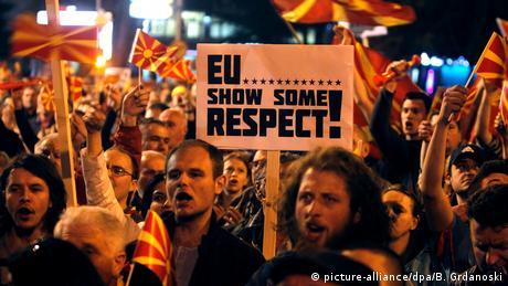 Protest gegen den Besuch von EU-Kommissar in Mazedonien (picture-alliance/dpa/B. Grdanoski)