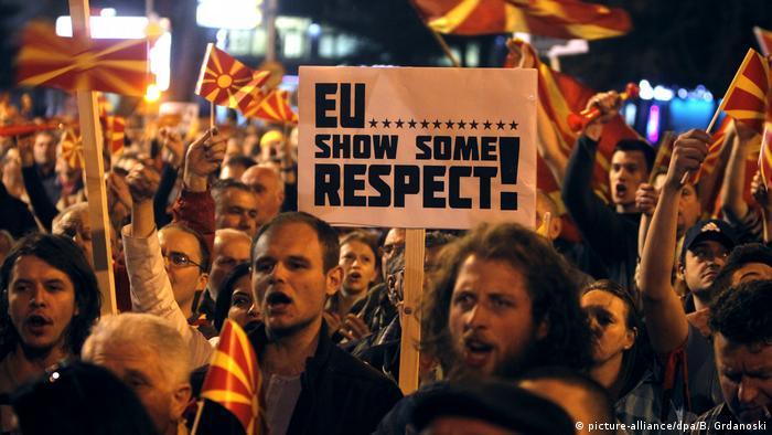 Protest gegen den Besuch von EU-Kommissar in Mazedonien