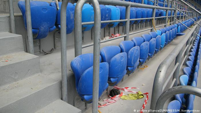 Пыльные зрительские кресла на стадионе