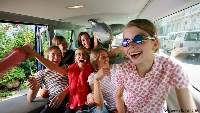 Deutschland Kinder im Auto freuen sich auf die Ferienreise (picture-alliance/JOKER)
