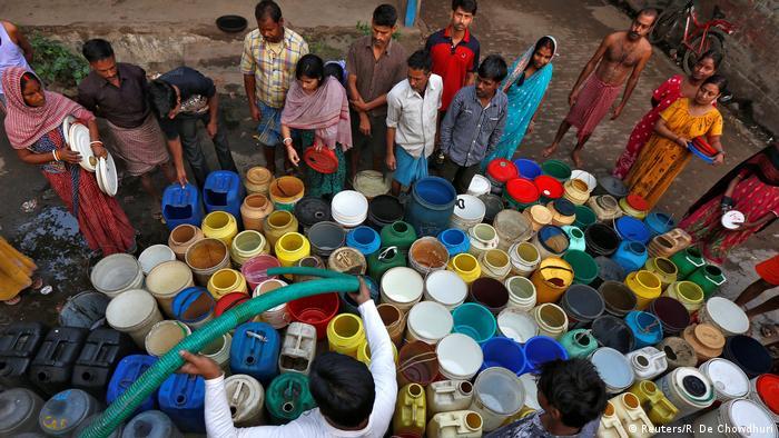 Indien Bewohner warten auf Wasser in einem Slum von Kalkutta (Reuters/R. De Chowdhuri)