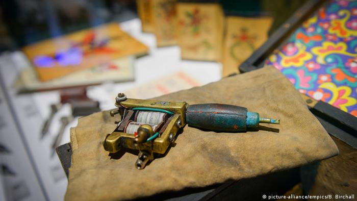UK | Tattoo-Austellung in Cornwall (picture-alliance/empics/B. Birchall)
