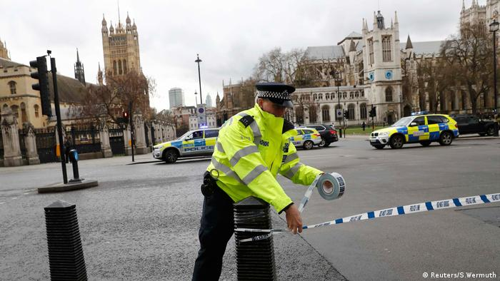 La policía acordona la zona del Parlamento tras el atentado.