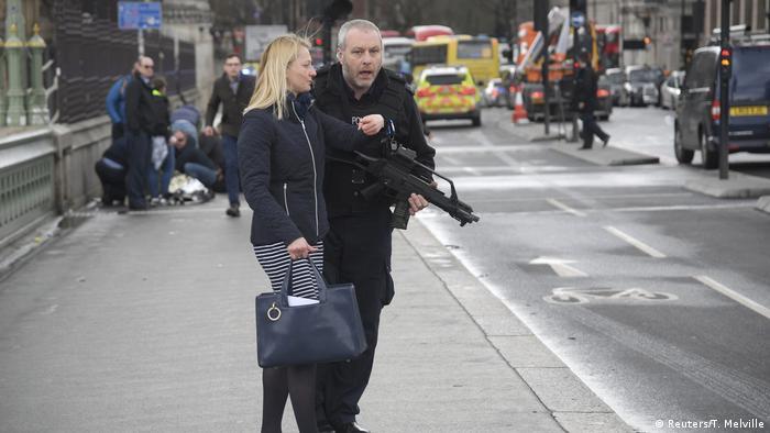 Policía armado en Londres tras atentado.