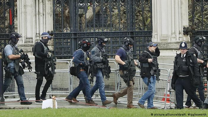 Policía cerca del Parlamento británico.