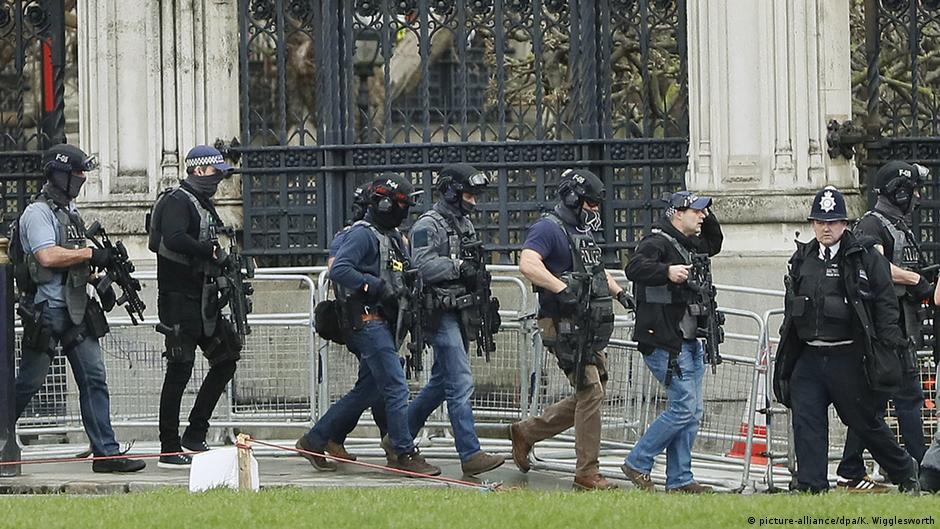 Пукотници пред парламентот во Лондон