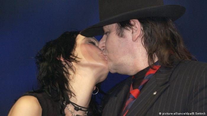 Nena and Udo Lindenberg kiss (picture-alliance/dpa/B.Settnik)