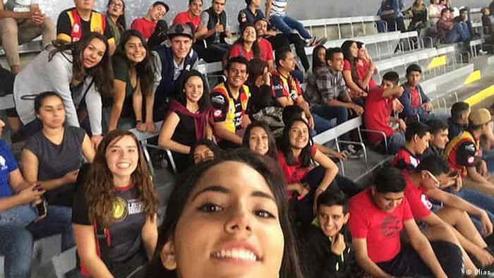 Un grupo de hinchas mexicanos sentado en las gradas de un estadio.