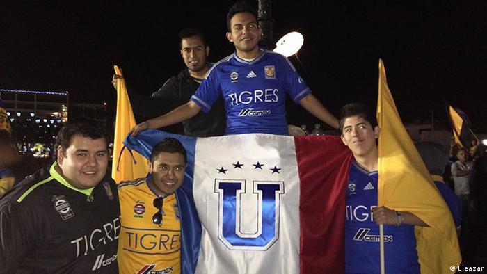 Un grupo de hinchas del club de fútbol mexicano Tigres.