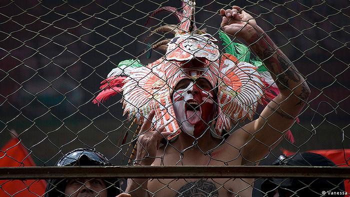 Un hincha de los Diablos Rojos ataviado con un penacho azteca.