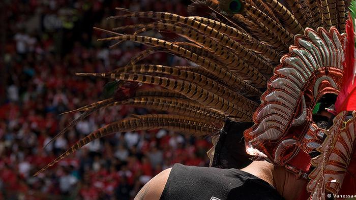Un hincha mexicano ataviado con un penacho azteca.