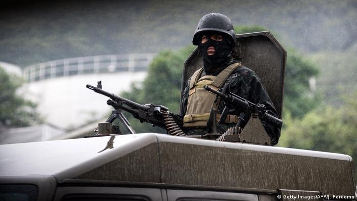 Soldados de unidades antiataque patrullan en San Pedro Sula, Honduras