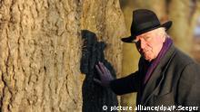 Der Schriftsteller Martin Walser posiert am Freitag (09.03.2012) in Überlingen bei einem Spaziergang am Bodenseeufer. Walser feiert am 24.03.2012 seinen 85. Geburtstag. Foto: Patrick Seeger dpa/lsw (zu dpa-Themenpaket Martin Walser wird 85) +++(c) dpa - Bildfunk+++ | Verwendung weltweit