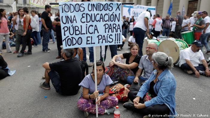 Argentinien Lehrer demonstrieren in Buenos Aires (picture-alliance/AP Photo/V. R. Caivano)