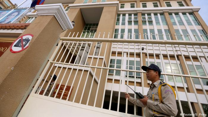 A police officer stands guard in front of the Phnom Penh Municipal Court.