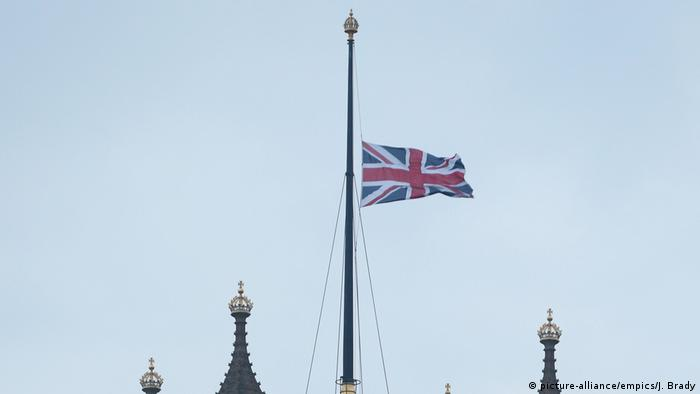 Großbritannien Terroranschlag in London | Palace of Westminster, Flagge auf Halbmast (picture-alliance/empics/J. Brady)