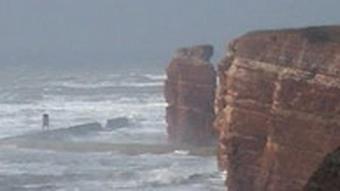 Starke Wellen umtosen die Steilküste Helgolands