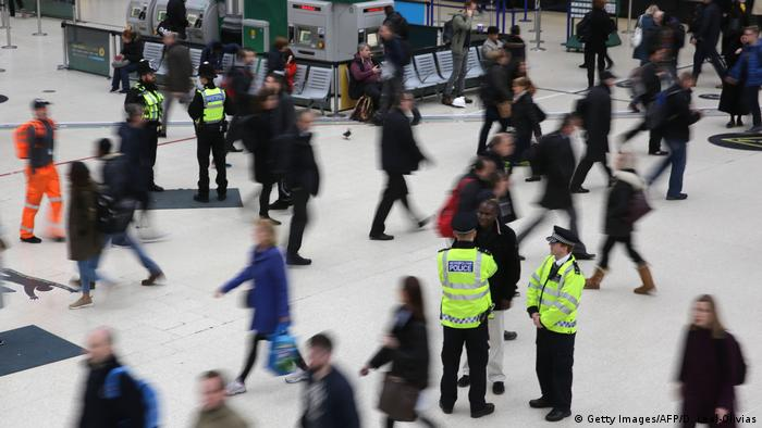 Großbritannien London nach Terroranschlag | Victoria station (Getty Images/AFP/D. Leal-Olivias)
