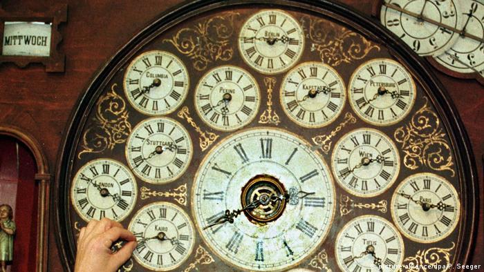 Eine historische Uhr mit vielen Zifferblättern (picture-alliance/dpa/P. Seeger)