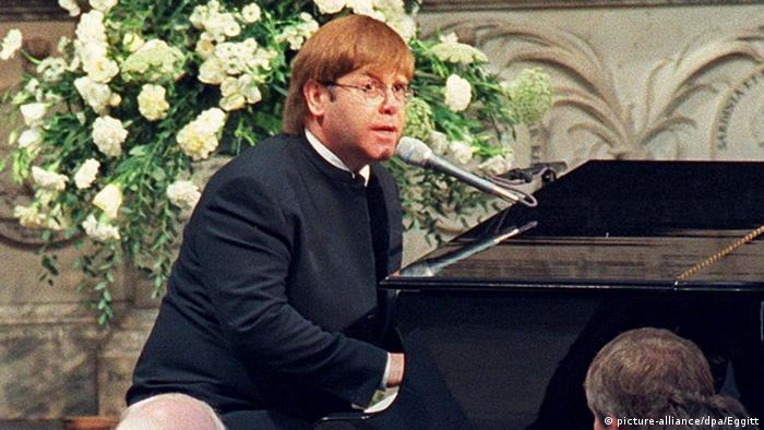 Elton John at the piano (picture-alliance/dpa/Eggitt)