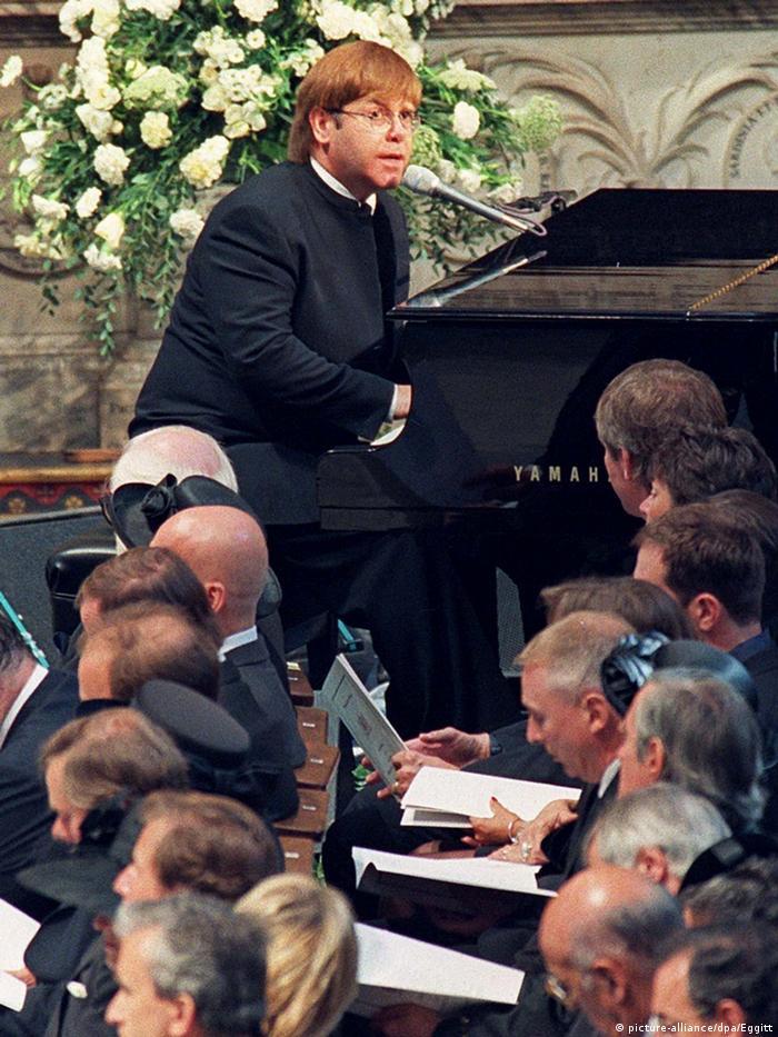 Dianas erster Todestag - Elton John singt für Diana